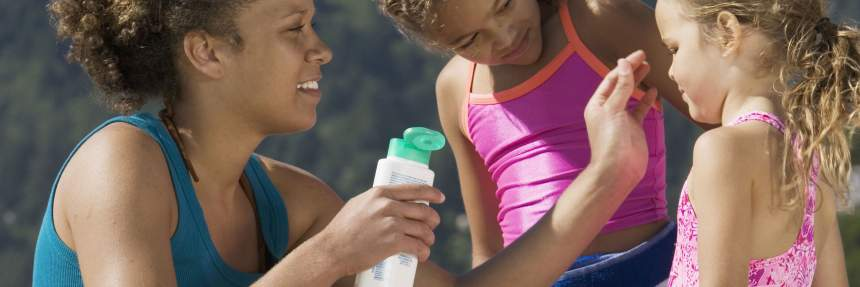 Sunscreen safety: mom applying sunblock to daughter; Copyright: bst2012 (https://us.fotolia.com/id/39615499)